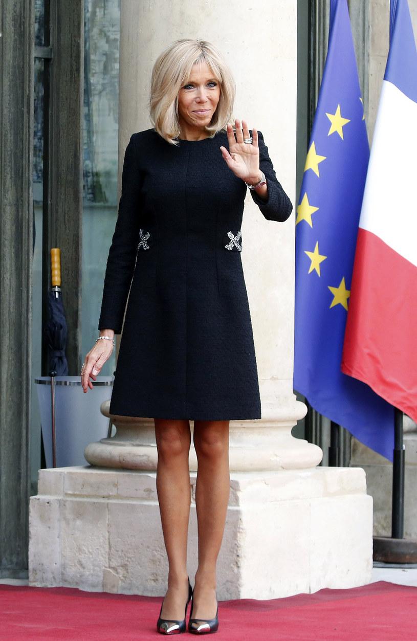 Brigitte Macron często decyduje się na sukienki kończące się przed kolanem, choć to niezgodne z etykietą /Getty Images