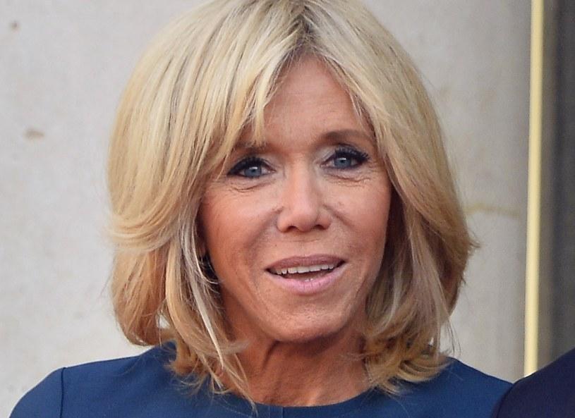 Brigitte Macron kocha kreacje w granatowym kolorze. Do sukienek dobiera wówczas szpilki w kolorze nude /Getty Images