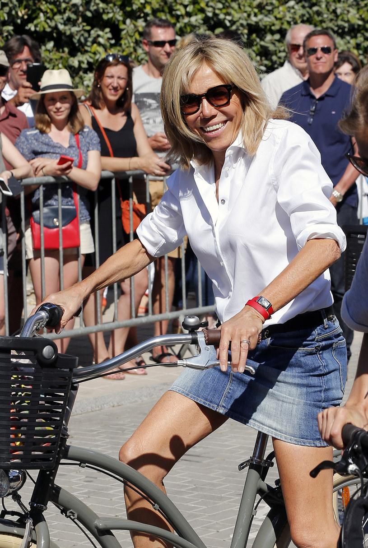 Brigitte Macron może pochwalić się figurą nastolatki. Spójrzcie na zgrabne nogi pierwszej damy /Getty Images