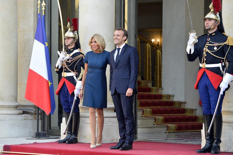 Brigitte Macron nie przejmuje się etykietą. Jej sukienki kończą się przed linią kolan /Getty Images