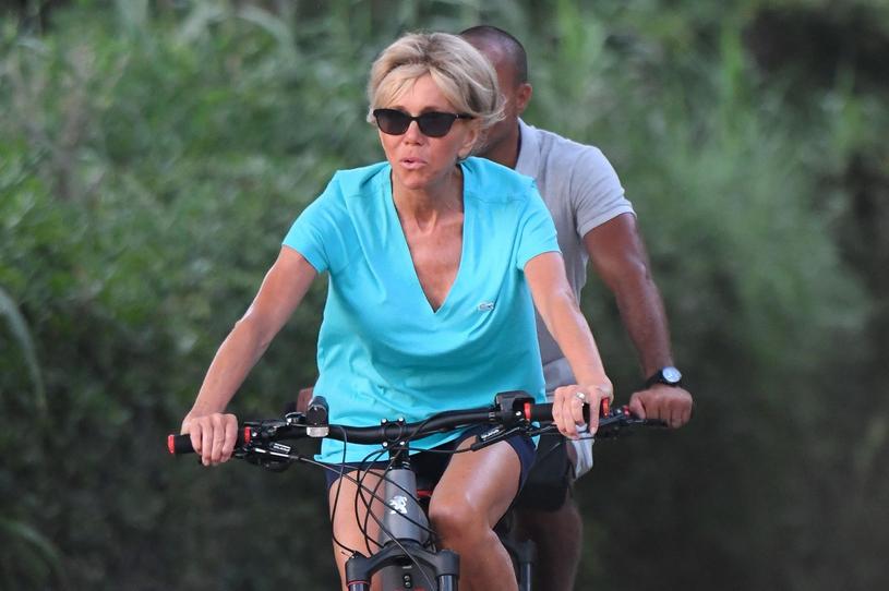 Brigitte Macron odpoczywa stara się aktywnie wypoczywać. Rower, długie spacer i pływanie - tak spędza urlop /East News