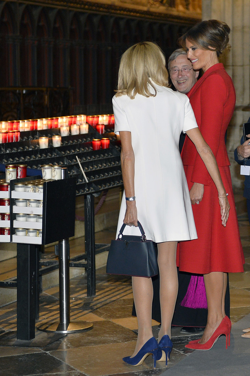 Brigitte Macron stawia na dodatki. Chętnie wybiera te w kolorze granatu /Getty Images