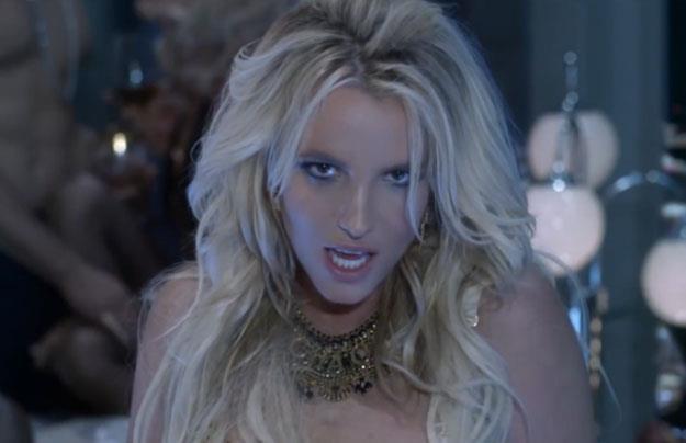Britney Spears w jednej z bardziej stonowanych scen w klipie /