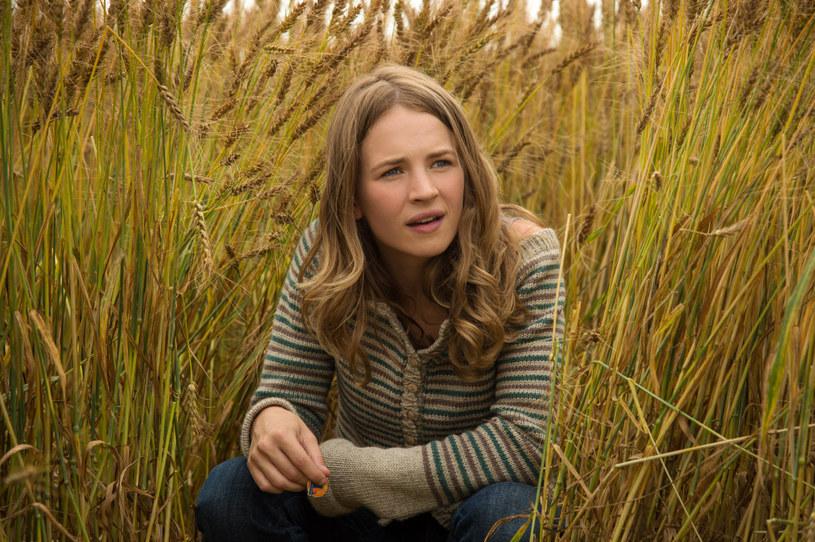 Britt Robertson: Buszująca w pszenicy /materiały dystrybutora
