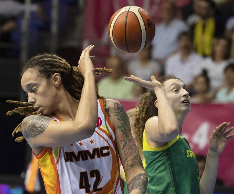 Brittney Griner (L) z UMMC Jekaterynburg i Aleksandra Crvendakić z Basketu Sopron /PAP/EPA