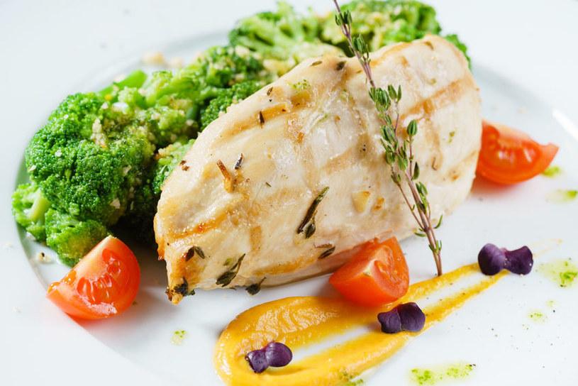 Brokuły i chude mięso /©123RF/PICSEL