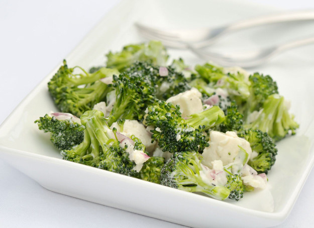 Brokuły są odmianą kapusty warzywnej - do sałatek nadają się wyśmienicie. /123RF/PICSEL