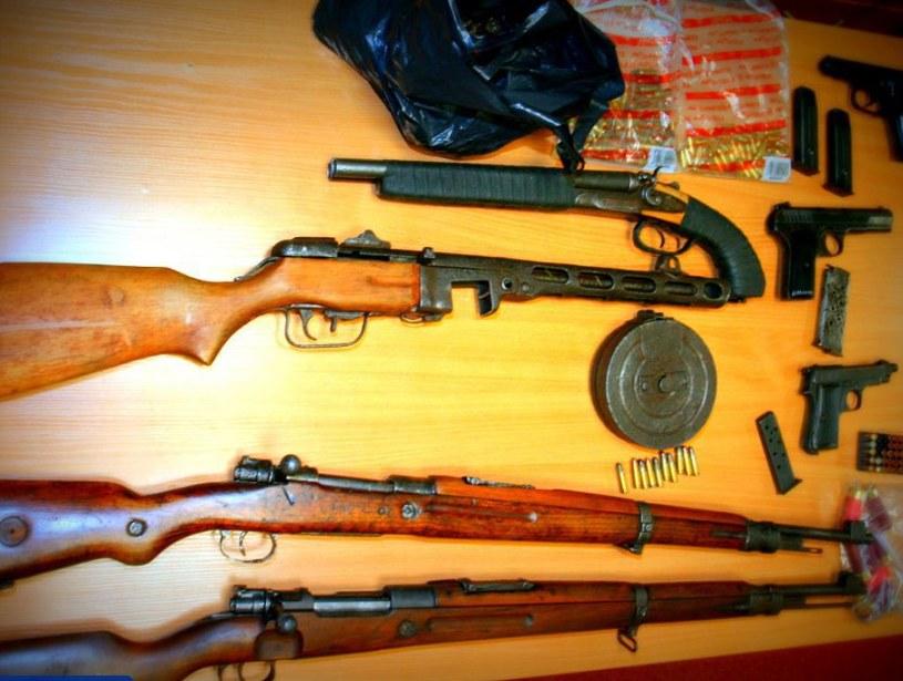 Broń i amunicja zabezpieczone przez funkcjonariuszy /Policja