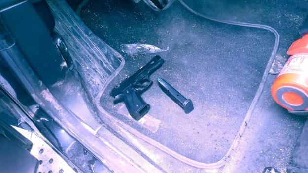 Broń znaleziona w aucie mężczyzny /Policja