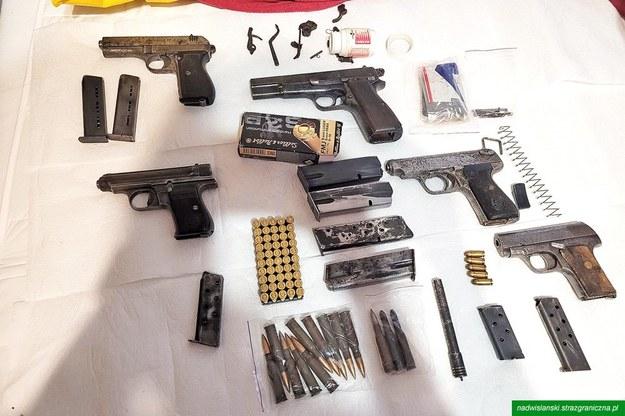 Broń znaleziona w mieszkaniu mężczyzny /Straż Graniczna