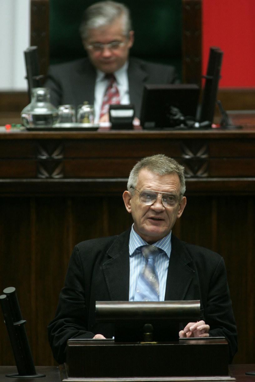Bronisław Cieślak na sejmowej mównicy w 2005 roku /Maciej Macierzyński /Reporter