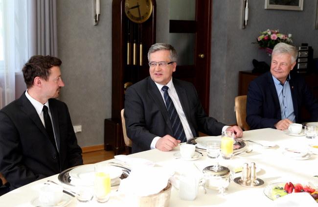 Bronisław Komorowski, Adam Małysz i Apoloniusz Tajner podczas śniadania w Rezydencji Prezydenta - Zamku Górnym w Wiśle /Andrzej Grygiel /PAP