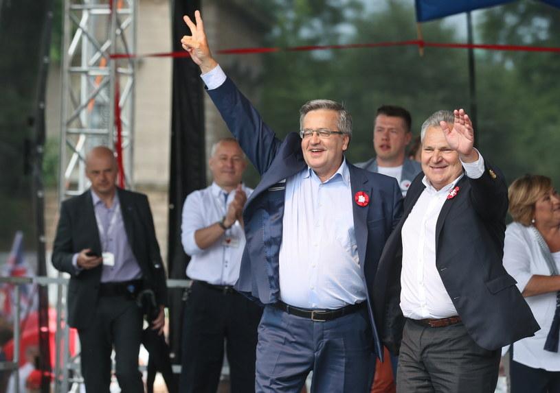 Bronisław Komorowski i Aleksander Kwaśniewski na marszu KOD /Rafał Guz /PAP
