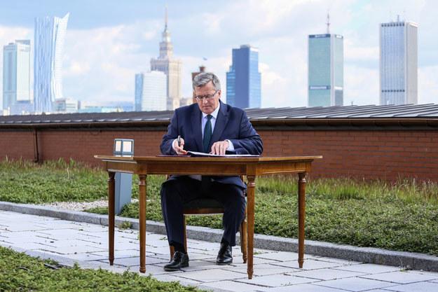 Bronisław Komorowski na tle krajobrazu podpisał ustawę krajobrazową /Tomasz Adamowicz /Agencja FORUM