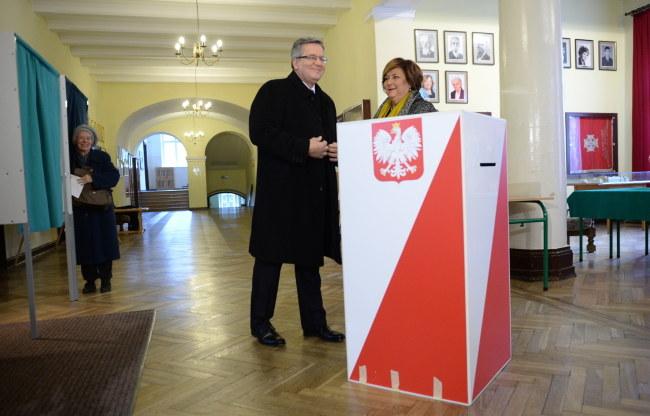 Bronisław Komorowski z małżonką przy urnie wyborczej /PAP/Jacek Turczyk /PAP