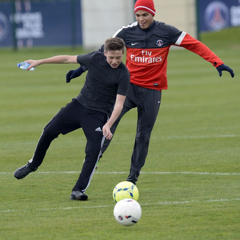Brooklyn Beckham i Thiago Silva na treningu Paris Saint-Germain /AFP