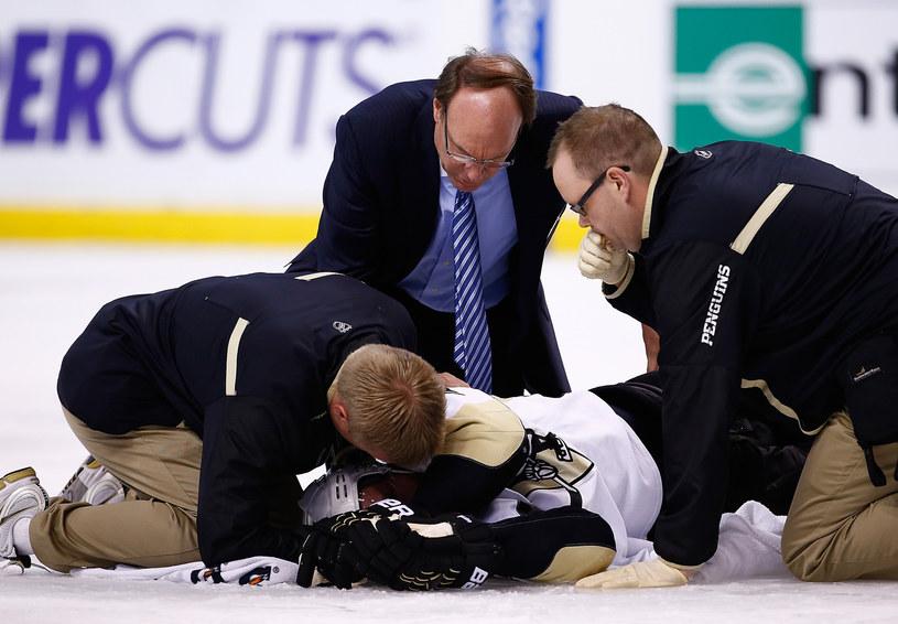 Brooks Orpik stracił przytomność po ataku Shawna Thorntona /AFP