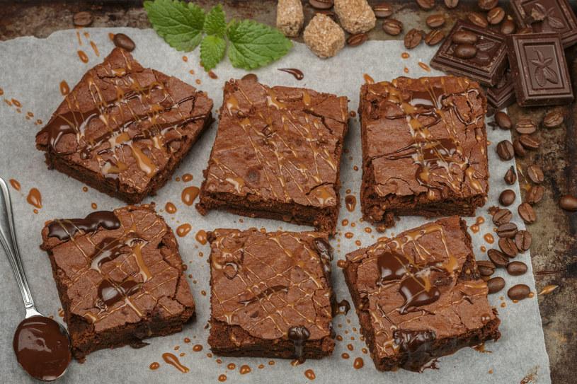 Brownie należy wyjąć z piekarnika, gdy ma lekką, delikatnie przypieczoną skórkę /123RF/PICSEL