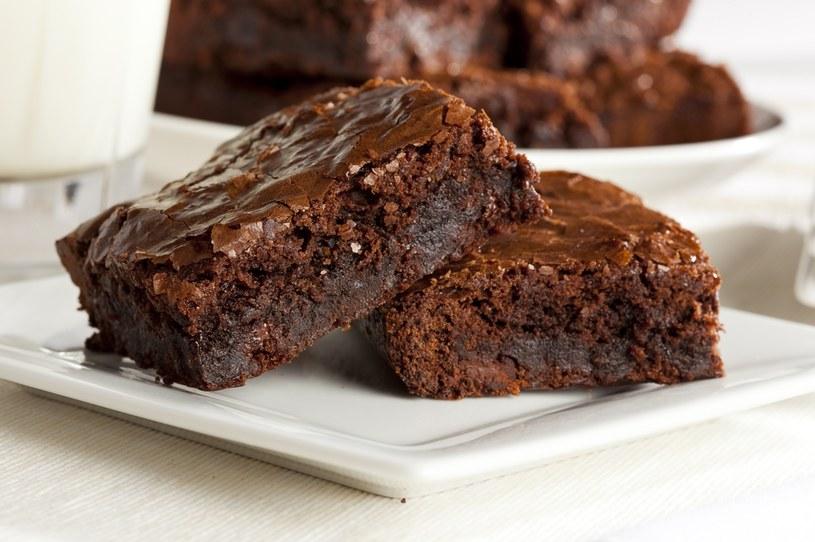Brownie nie należy piec do tzw. suchego patyczka - powinno być lekko wilgotne w środku /Picsel /123RF/PICSEL