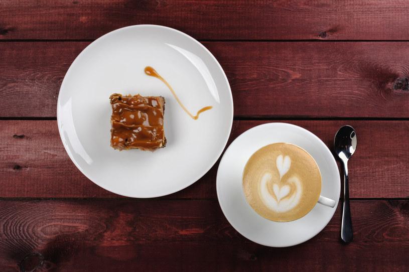 Brownie ze słonym karmelem idealne do kawy /123RF/PICSEL