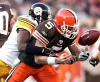Browns - Steelers 10-24. Jeff Garcia traci piłkę pod naciskiem Deshea Townsenda /AFP