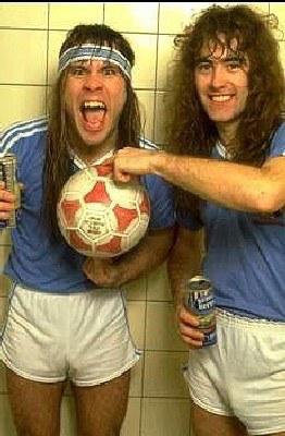 Bruce Dickinson i Steve Harris, dwaj piłkarze z Iron Maiden /