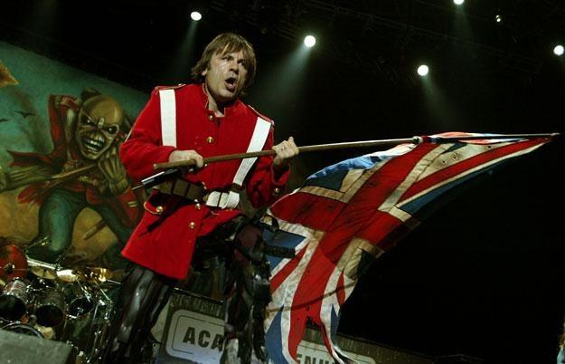 """Bruce Dickinson (Iron Maiden) z dumą powiewa """"Union Jackiem"""" fot. Karl Walter /Getty Images/Flash Press Media"""