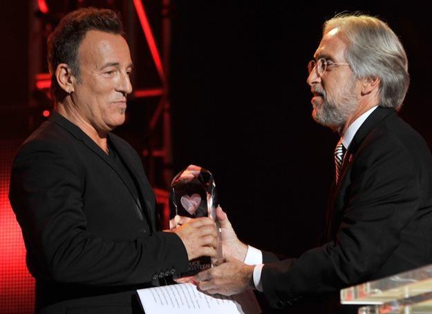 Bruce Springsteen odbiera nagrodę z rąk Neila Portnowa - fot. Larry Busacca /Getty Images/Flash Press Media
