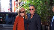 Bruce Springsteen ostrzyżony przez swoją żonę. Mina rockmana mówi wszystko