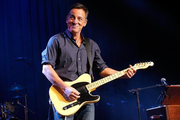 Bruce Springsteen rzuca okiem na zestawienie OLiS fot. Jemal Countess /Getty Images/Flash Press Media
