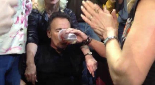 Bruce Springsteen wypija piwo od fana /