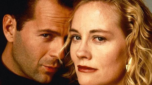 """Bruce Willis jako David Addison i Cybill Shepherd, czyli Maddie Hayes w serialu """"Na wariackich papierach"""" /Lions Gate Home Entertainment /materiały prasowe"""