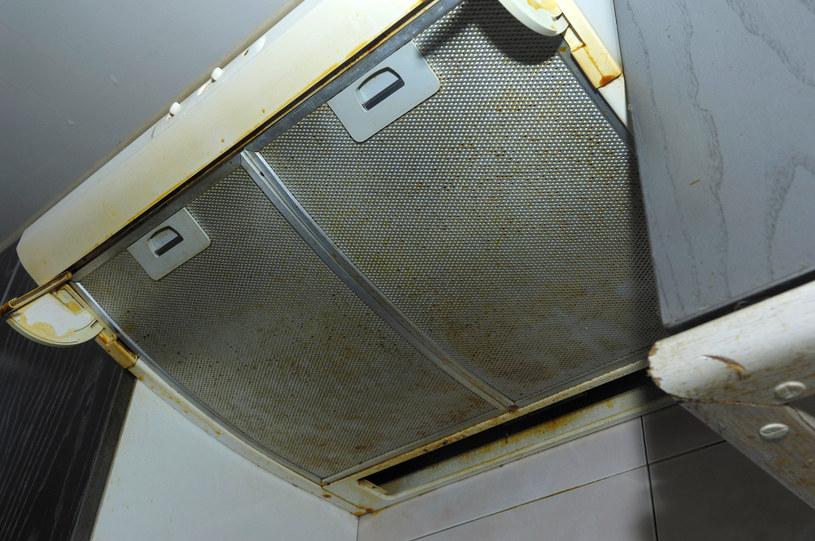 Brud nie tylko źle wygląda, ale też negatywnie wpływa na działanie okapu /123RF/PICSEL