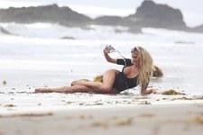 Brudna Daisy Lea leżąca na brzegu plaży przeraziła przechodniów!