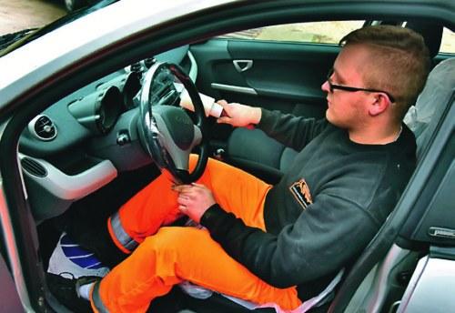 Грязный руль, окрашенные сиденья - это плохо для обслуживания.  И защита от этого очень проста.  / Мотор