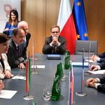 Bruksela. Prezydent Francji rozmawia z Wyszehradem