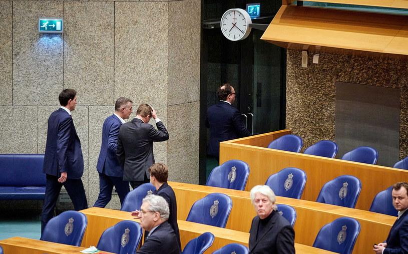 Bruno Bruins opuszcza debatę po tym, jak źle się poczuł /HOLLANDSE HOOGTE/Phil Nijhuis /PAP