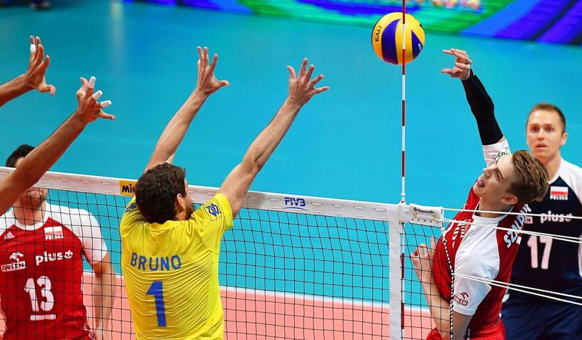 Bruno Rezende próbuje zatrzymać atak Artura Szalpuka w finale MŚ siatkarzy /PAP/EPA
