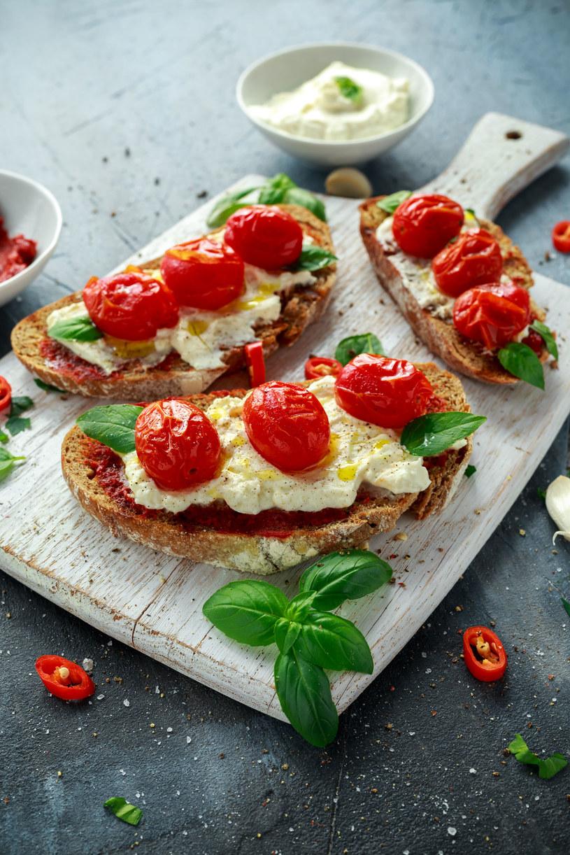 Bruschetta z mozzarellą i pastą z pomidorów /123RF/PICSEL