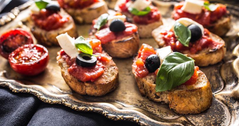 Bruschetta z pomidorami i czosnkiem smakuje wyjątkowo /123RF/PICSEL
