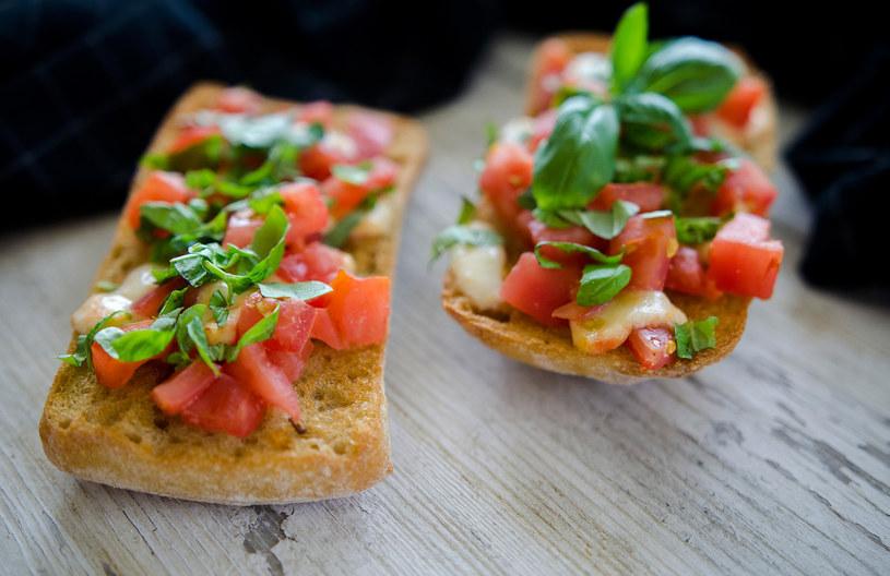 Bruschetta  z pomidorami i mozzarellą to pyszna przekąska we włoskim stylu /INTERIA.PL