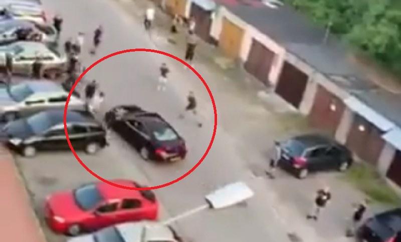 Brutalna bójka w Mielcu! Rom próbował przejechać Polaków samochodem! /Twitter
