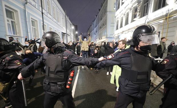 Brutalne interwencje policji na protestach w Rosji ws. Nawalnego. Demonstranci byli bici i duszeni