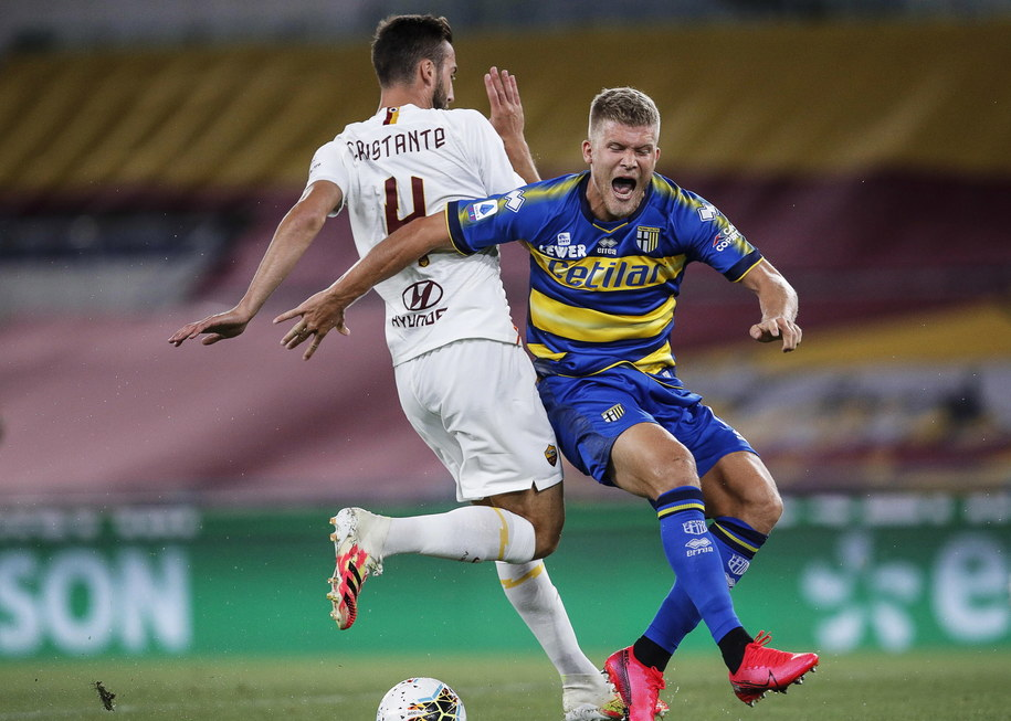 Bryan Cristante i Andreas Cornelius podczas meczu AS Roma - AC Parma /GIUSEPPE LAMI /PAP/EPA