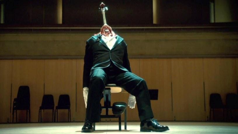 """Bryan. Fuller ma też swoje ulubione mordercze inscenizacje. – Szalenie podoba mi się człowiek–wiolonczela z odcinka """"Fromage"""". /materiały prasowe"""