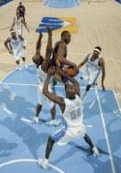 Bryant próbuje przechytrzyć defensywę rywali. Nuggets-Lakers 117:96 /AFP