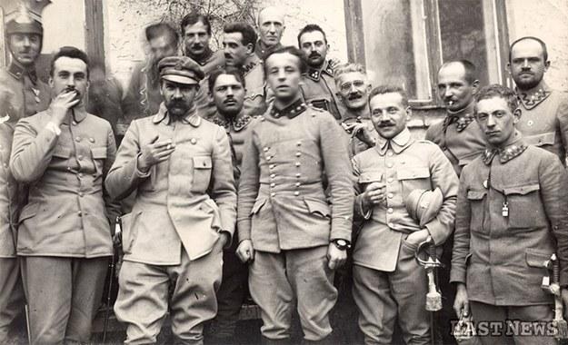 Brygadier Józef Piłsudski z czasów pobytu I Brygady Legionów nad Nidą (19 marca 1915 r.). Pierwszy z lewej szef sztabu Kazimierz Sosnkowski /Laski Diffusion /East News