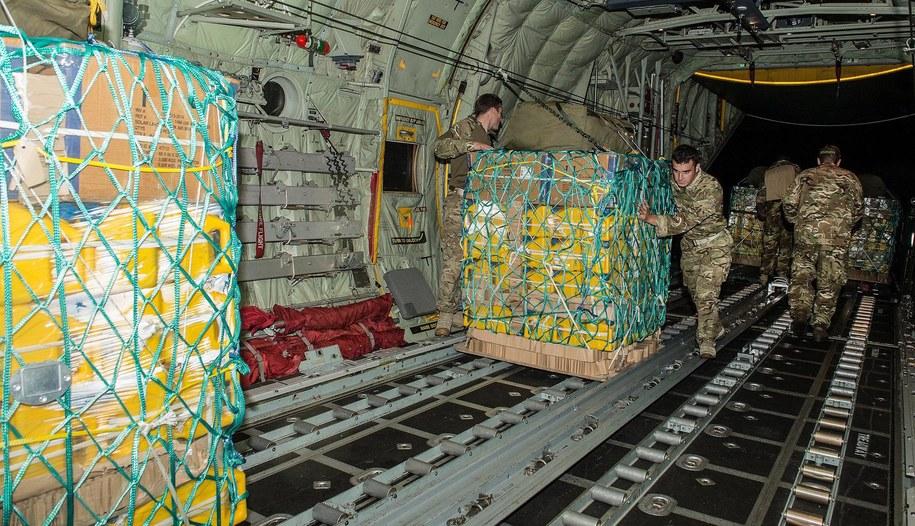 Brytyjczycy dostarczają żywność, wodę i namioty /CROWN /PAP/EPA