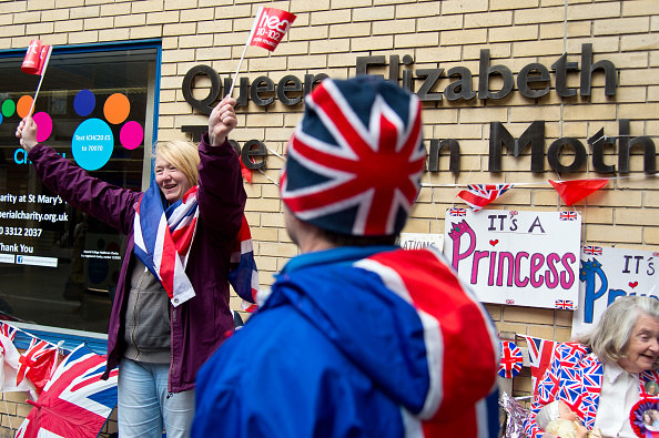 Brytyjczycy gromadzą się pod szpitalem, w którym przebywa księżna Kate /Getty Images