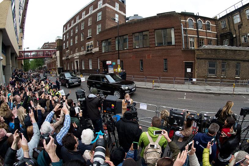 Brytyjczycy owacyjnie powitali małą księżniczkę . /Getty Images